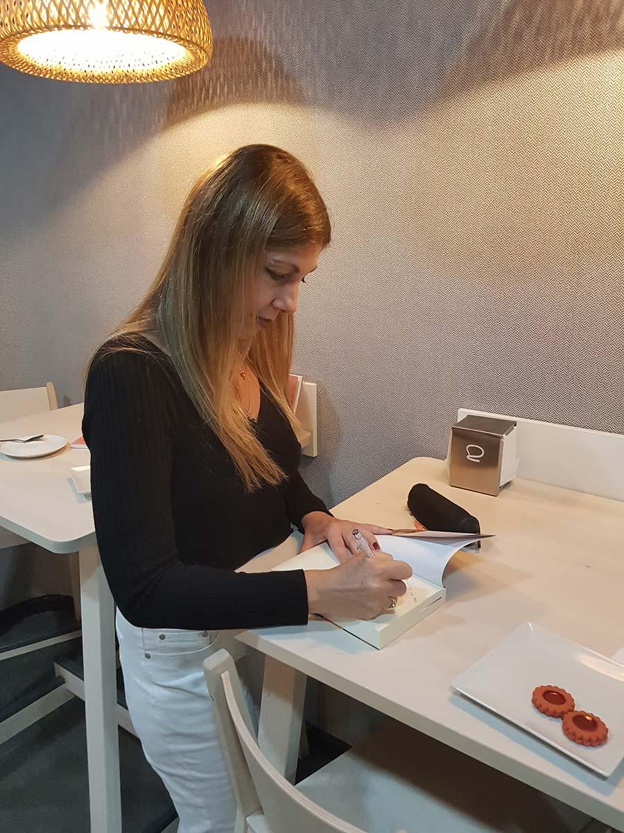 Firma-de-libros-en-café-literario-en-Madrid